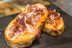 Sandwich espagnol à tapas avec le jamon de jambon Photos libres de droits