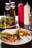 Sandwich et conserves au vinaigre à club délicieux de pastrami Image libre de droits