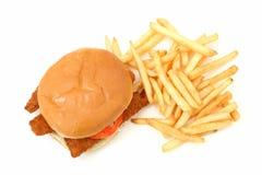 Sandwich et fritures frits croustillants à poissons au-dessus du fond blanc image stock