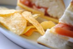 Sandwich et pommes chips Photo stock