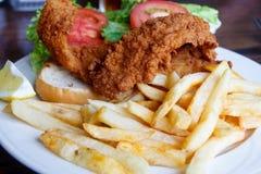 Sandwich et pommes frites frits à poissons Image stock