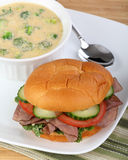 Sandwich et potage à boeuf de rôti Photographie stock libre de droits