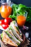 Sandwich fait maison avec de la salade et le jus comme petit déjeuner sain Images libres de droits