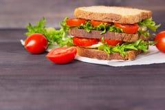 Sandwich fait maison avec l'oeuf, la salade et les tomates photo stock
