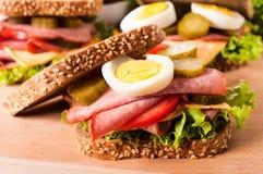 Sandwich foncé à pain grillé photo stock