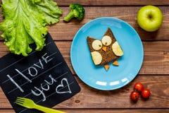 Sandwich formé par hibou à petit déjeuner d'enfants je t'aime Photographie stock