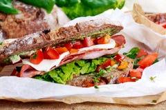 Sandwich frais avec la tomate et le mozzarella de laitue de lard photographie stock libre de droits