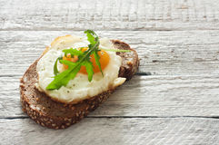 Sandwich with fried egg and arugula Stock Photography