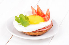 Sandwich with fried egg, tomato slices and parsley Royalty Free Stock Photos