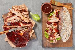 Sandwich géant à nervure de BBQ à bord photos stock