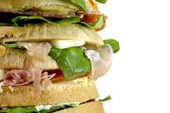 Sandwich géant bourré de beaucoup de couches de pain avec de la laitue à Image stock