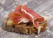 Sandwich gemacht mit Roggenbrotkäse und Parmaschinken lizenzfreies stockbild