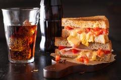 Sandwich grillé à fromage avec du jambon et la tomate photos libres de droits