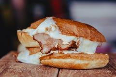 Sandwich grillé à jambon et à fromage sur le fond en bois image stock
