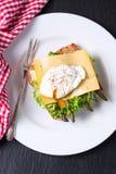 Sandwich grillé avec les feuilles de salade, l'asperge, le fromage et l'oeuf poché Image stock
