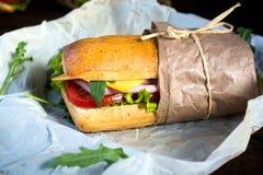 Sandwich in het document royalty-vrije stock afbeeldingen