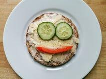 Sandwich heureux à fromage de petit déjeuner avec le concombre et le poivron rouge photographie stock