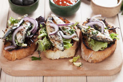 Sandwich italien à crostini avec des poissons de sardine Image libre de droits