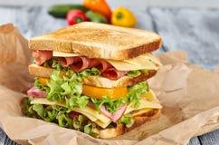 Sandwich, Kraftpapiersandwich lizenzfreies stockfoto