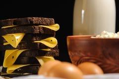 Sandwich, melk, eieren en rustieke kwark op een houten achtergrond stock fotografie