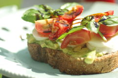 Sandwich met avocado en tomaat Stock Foto's