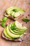 Sandwich met avocadoplakken en basilicum royalty-vrije stock fotografie