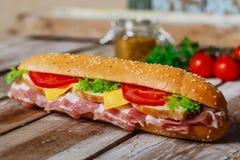 Sandwich met bacon en kip Stock Afbeelding