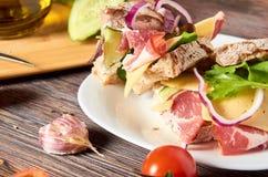 Sandwich met bacon, kaas, knoflook, jalapenopeper en kruiden op een plaat royalty-vrije stock foto's