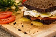 Sandwich met bacon zeer dichte omhooggaand Royalty-vrije Stock Foto's