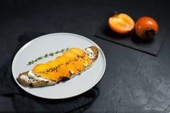 Sandwich met dadelpruim en zachte kaas op een zwarte achtergrond royalty-vrije stock afbeelding
