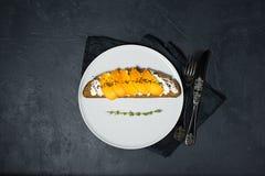 Sandwich met dadelpruim en zachte kaas op een zwarte achtergrond met ruimte voor tekst stock afbeelding