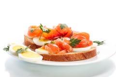 Sandwich met ei en zalm Royalty-vrije Stock Foto's