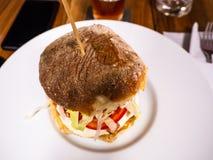 Sandwich met eigengemaakte knapperige gebakken brood en hamburger stock foto's