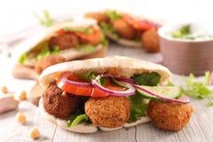 Sandwich met falafel stock afbeeldingen