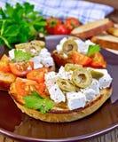 Sandwich met feta en olijven aan boord Stock Foto