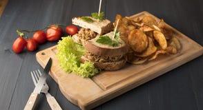 Sandwich met geroosterde vlees, spaanders, sla en kersentomaten royalty-vrije stock afbeelding
