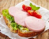 Sandwich met gesneden worst stock fotografie