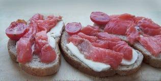 Sandwich met gezouten forel stock foto