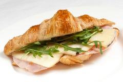 Sandwich met ham en salade op een witte plaat Stock Foto