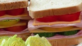 Sandwich met ham, kaas stock video