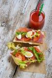 Sandwich met ham, salade, eieren en tomaat Stock Foto