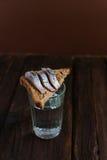 Sandwich met haringen en wodka Royalty-vrije Stock Fotografie