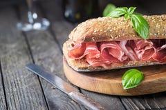 Sandwich met jamonserrano en basilicum Royalty-vrije Stock Afbeeldingen