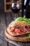 Sandwich met jamonserrano en basilicum Stock Foto's