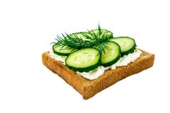 Sandwich met kaas, komkommers, op witte achtergrond worden geïsoleerd die Stock Fotografie