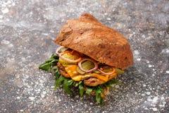 Sandwich met kip, ui, greens en groenten in het zuur stock fotografie