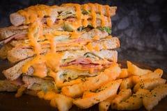 Sandwich met kruidige saus en Frieten op houten plaat Royalty-vrije Stock Fotografie