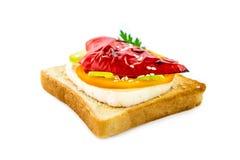 Sandwich met radijs en paprika op witte achtergrond wordt geïsoleerd die Stock Foto