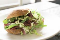 Sandwich met rundvleescarpaccio, salade en saus op wit plaat-1 stock afbeeldingen