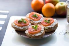 Sandwich met tomaat op bovenkant Royalty-vrije Stock Afbeeldingen